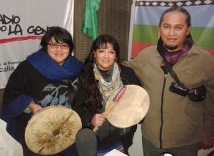 Manuela junto a Fabiana y Mauricio de Kuemelen Newen Mapu en la radio.
