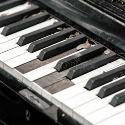 teclado-de-piano-roto-primer-61005348